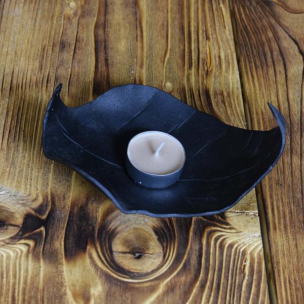Świeczik metalowy w kolorze czarnym , fakturowany.