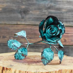 Turkusowa miedziana róża ręcznie kuta
