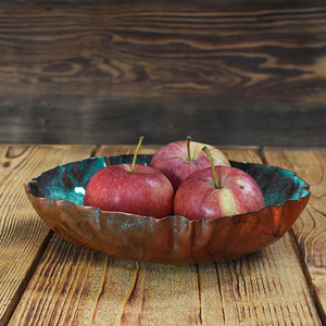 Praktyczna patera na owoce, w całości wykonana z patynowanej miedzi.