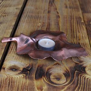 Niepowtarzalny liść miedziany pełniący rolę świecznika.