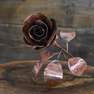 Piękna miedziana różyczka wykonana ręcznie