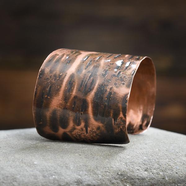 Fakturowana ognisto rdzawa ozdoba na rękę