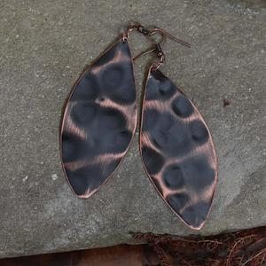 Długie miedziane kolczyki w kształcie liścia