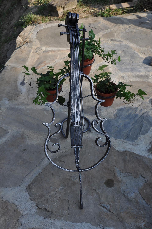 Piękny kuty ręcznie kwietnik wiolonczela wykonany w kuźni skarbów