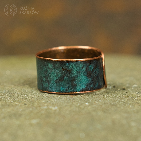 Ognisto rudy pierścionek wykuty ręcznie