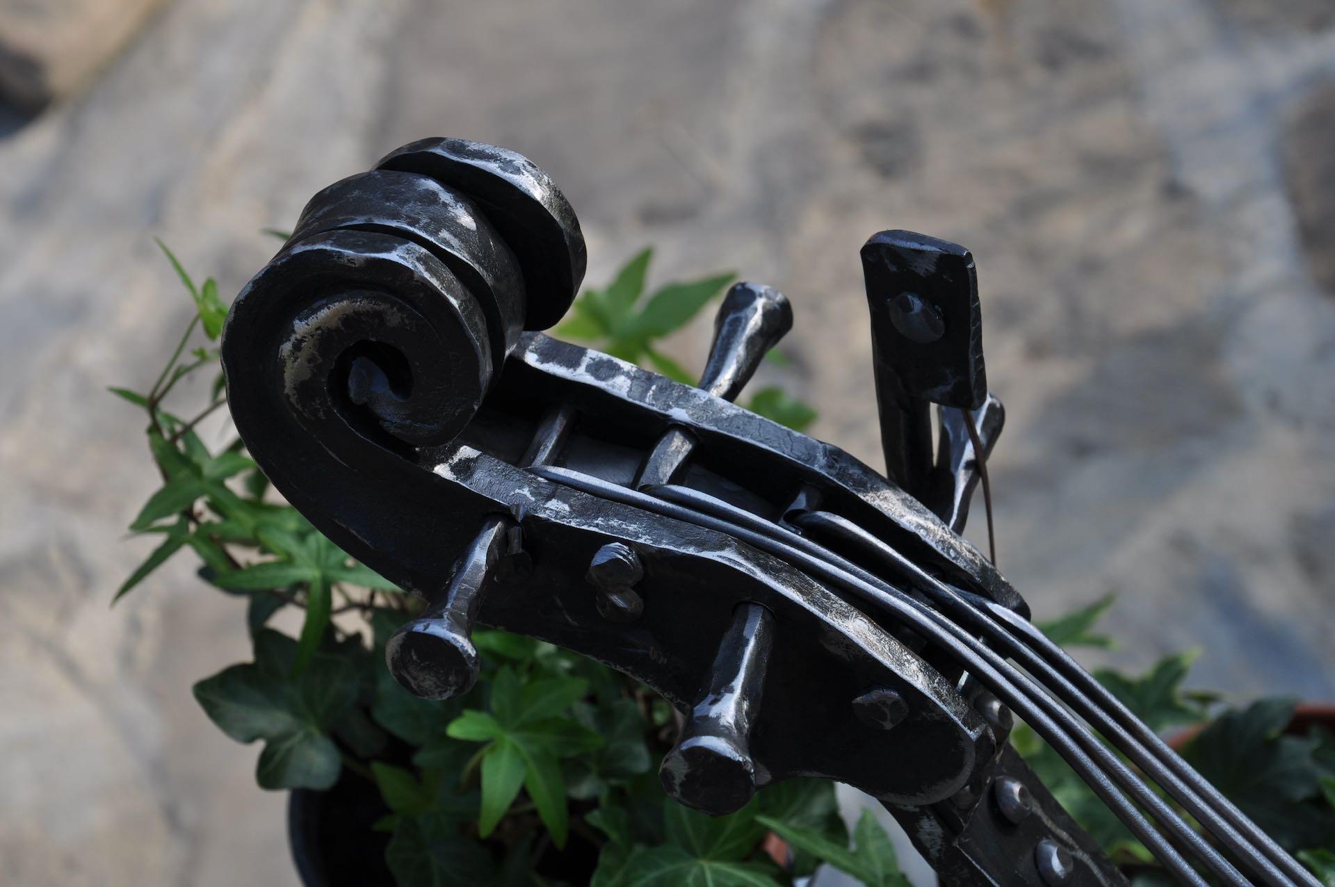 Kuta wiolonczela kwietnik wykonany przez kuźnia skarbów