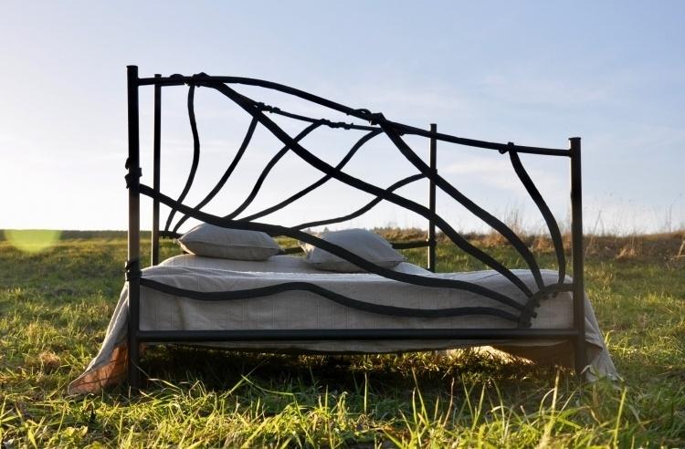 ręcznie kute łóżko