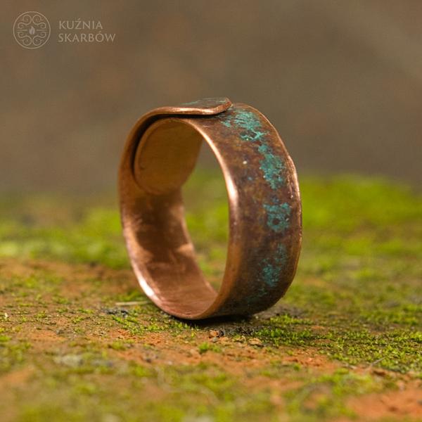 Patynowany ręcznie wykonany pierścionek miedziany